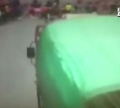 [VIDEO] Impresionante momento en que un camión choca a varios estudiantes