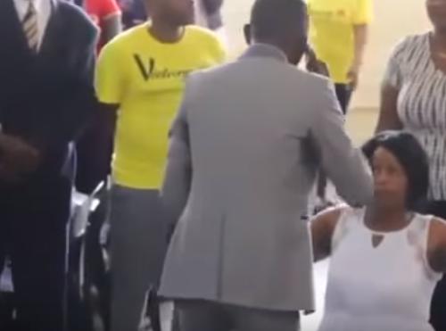 [VIDEO] ¡Aterrador! Un pastor asegura tener el celular de Dios y habla con él