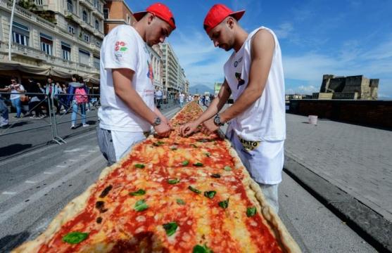Pizza m s grande del mundo mide dos kil metros la mega for Mundo pizza la algaba