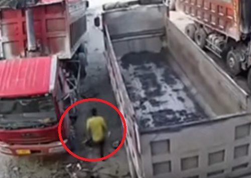 [VIDEO] ¡Aterrador! La muerte de un hombre aplastado entre dos camiones