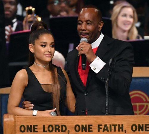 Pastor se disculpa por 'manosear' a Ariana Grande en evento público