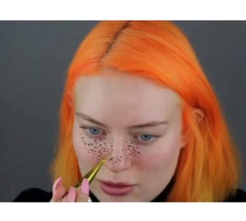 Youtuber se tatuó pecas en su rostro y el resultado fue desastroso