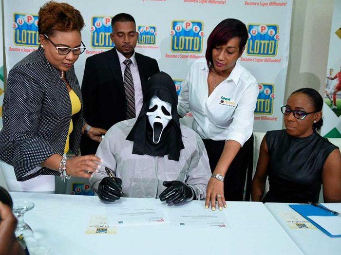 Ganador de la lotería se disfraza para que su familia no le pida dinero